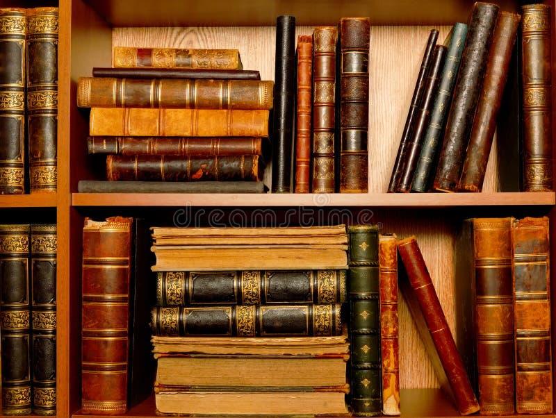 Streuung von Büchern auf den Regalen lizenzfreies stockbild