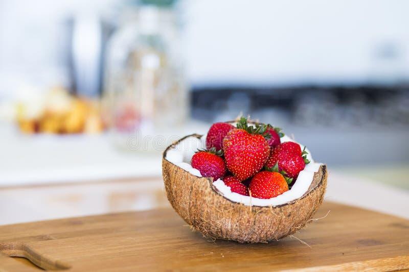 Strewberries in een kokosnoot stock foto's