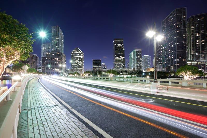 Striant les lumières sur la clé de Brickell conduisent avec l'horizon de secteur de Brickell à Miami photographie stock