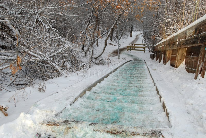 Strichleitern und Spuren abgedeckt mit Schnee lizenzfreie stockfotografie