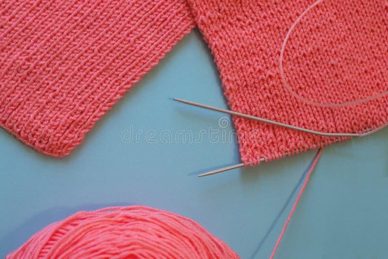 Stricken mit rosa Farbe der Stricknadeln stockfotografie