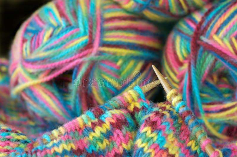 Stricken mit Wolle stockfoto