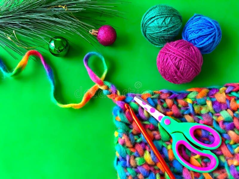 Strickende, bunte Mehrfarbenbälle des Garns und der Weihnachtsdekoration lizenzfreie stockfotos