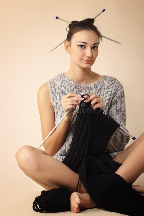 Strickende Strickjacke des Frauenendes lizenzfreies stockfoto