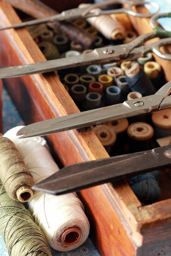 Strickender Kasten mit vielen Threadwerkzeugen und -scheren stockfotografie