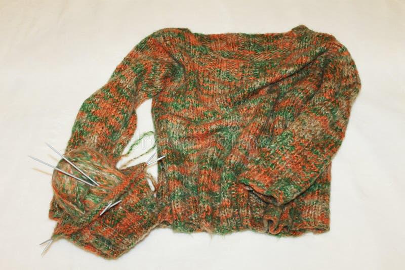 Strickender Thread mit Nadeln, mit einem Geschenk für kühles Wetter lizenzfreie stockfotos