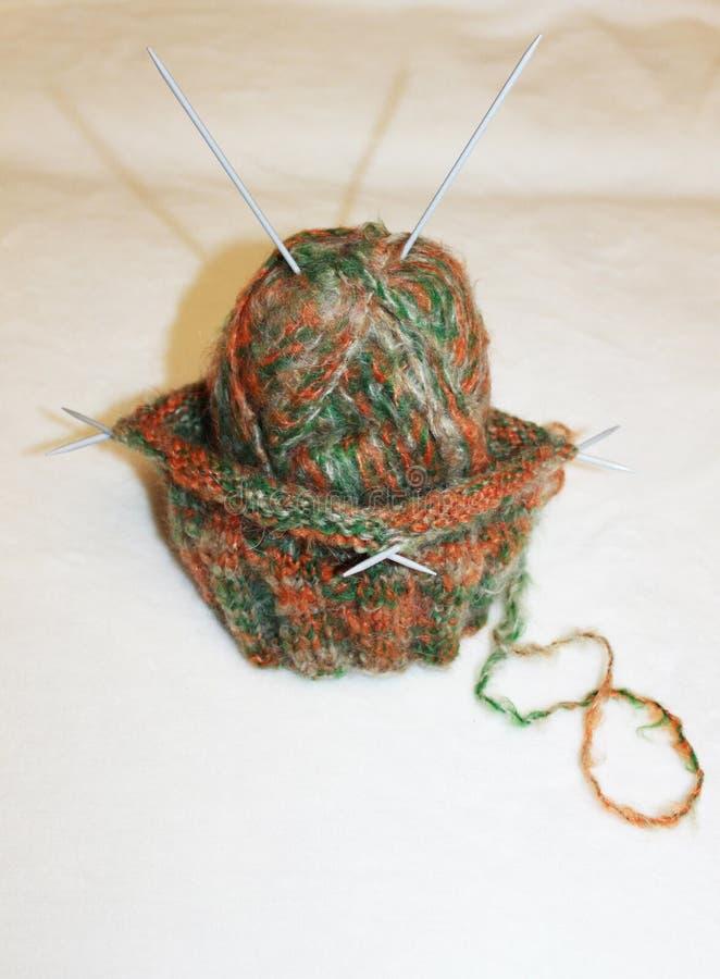 Strickender Thread mit Nadeln für kühles Wetter stockbild