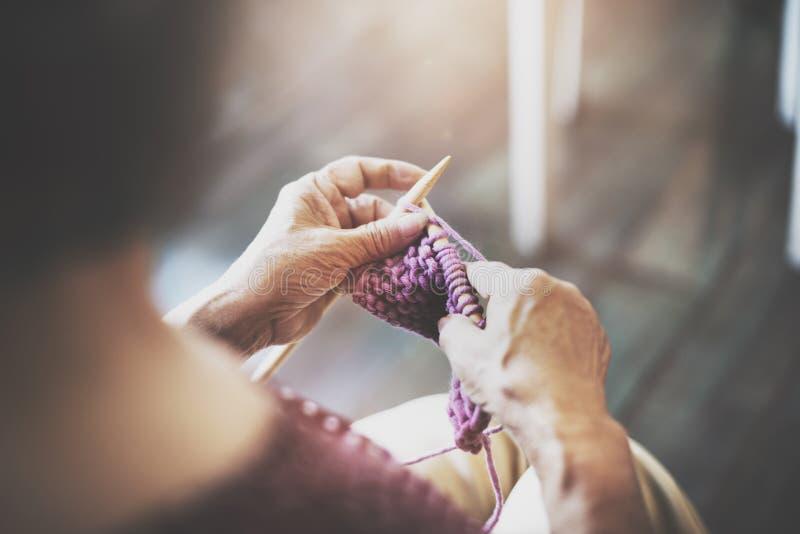 Strickendes Knit-Nadel-Garn-Näharbeit-Handwerks-Schal-Konzept lizenzfreie stockfotos