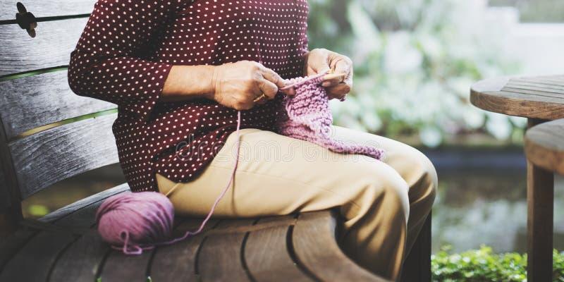 Strickendes Knit-Nadel-Garn-Näharbeit-Handwerks-Schal-Konzept lizenzfreie stockfotografie