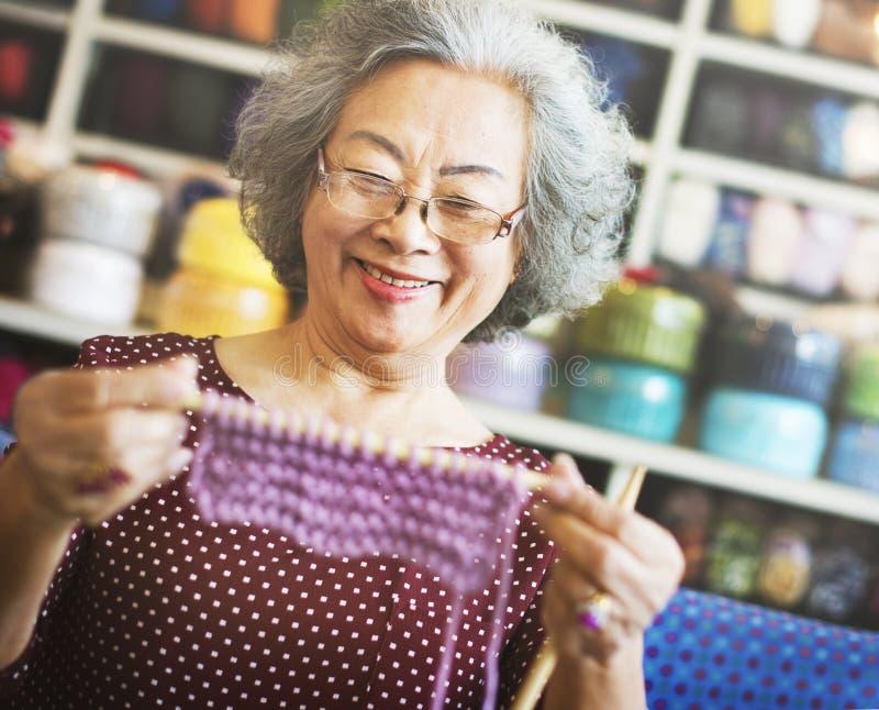 Strickendes Knit-Nadel-Garn-Näharbeit-Handwerks-Schal-Konzept stockbild