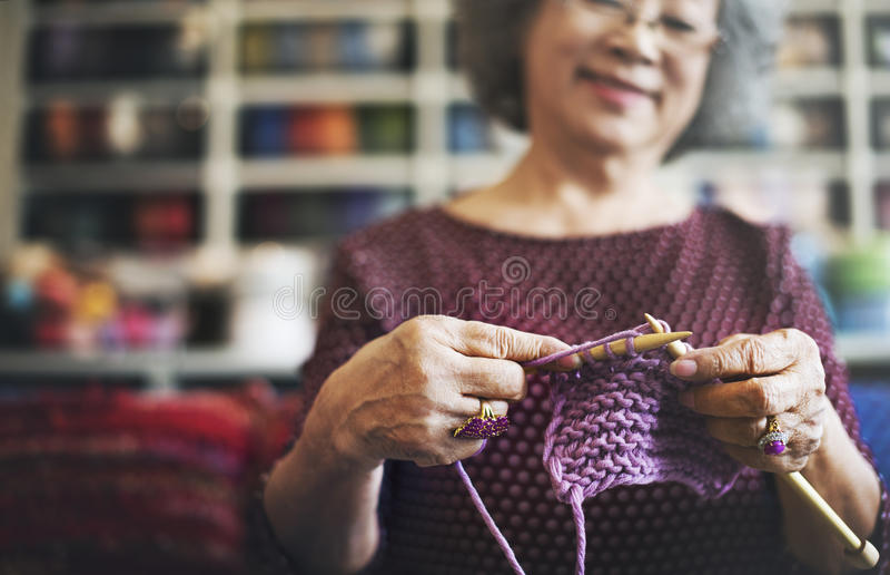 Strickendes Knit-Nadel-Garn-Näharbeit-Handwerks-Schal-Konzept stockbilder