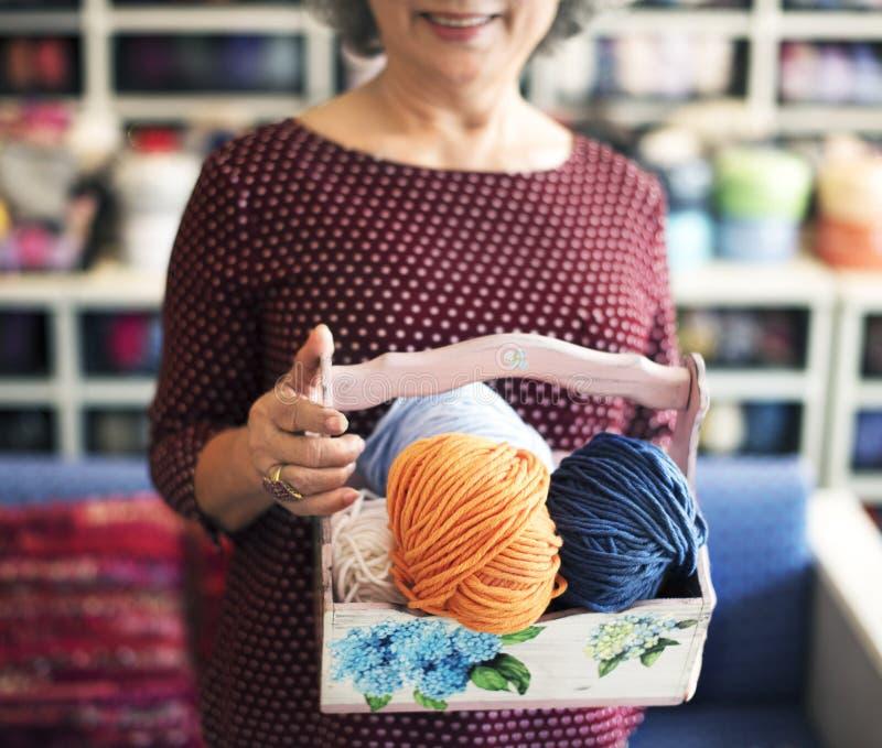 Strickendes Knit-Nadel-Garn-Näharbeit-Handwerks-Schal-Konzept stockfoto