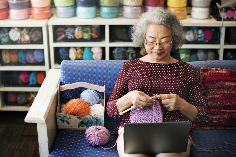 Strickendes Knit Needlecraft-Schal-zufälliges nähendes Konzept stockfotografie