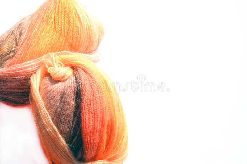Strickendes Projekt mit Ball der orange Wolle stockfoto