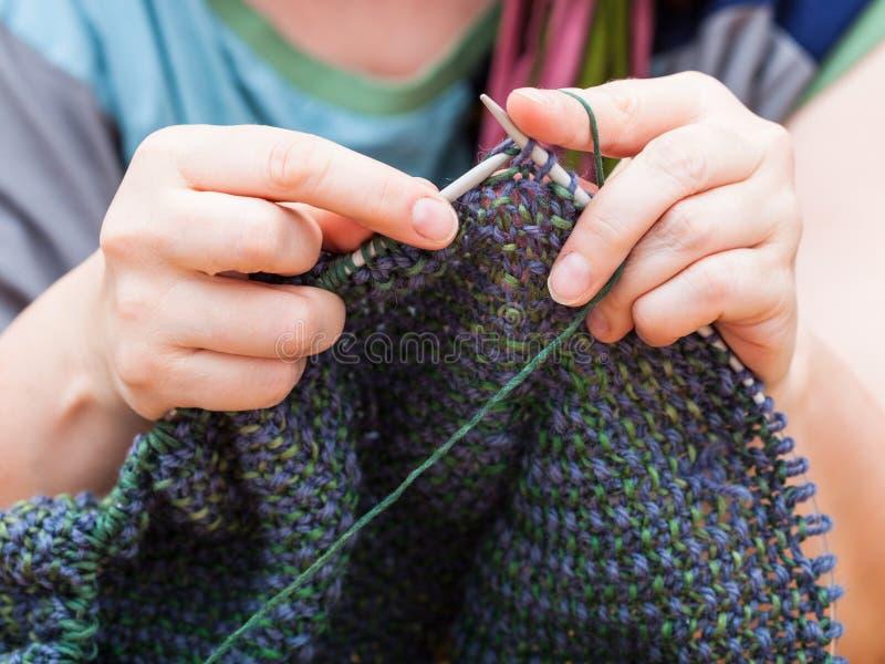 Stricker strickt Pullover von der Wolle stockbild