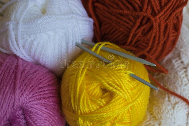 Strickgarnbälle und -nadeln Colorfull lizenzfreie stockbilder