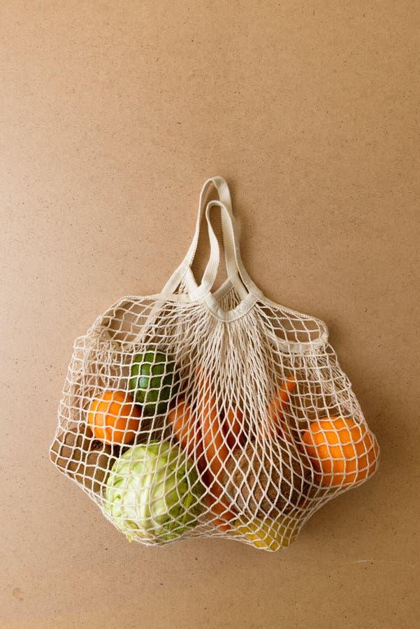 Strickte freundliche wiederverwendbare Maschenschnur Eco Einkaufstasche mit Obst und Gem?se, nullabfall stockfotografie