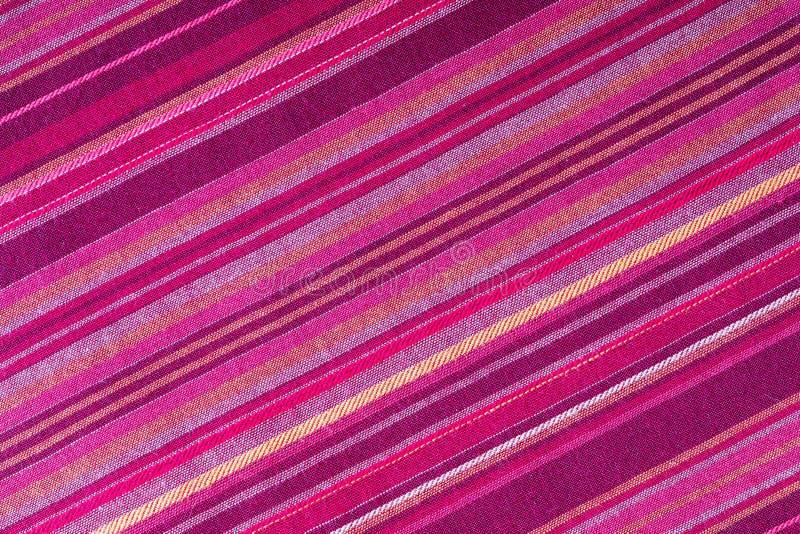 Strickte Stoffstruktur mit mehreren warmen Farben violett, violett, magenta, rosa, rot, maron, orange, gelb Nahaufnahme der stockbilder