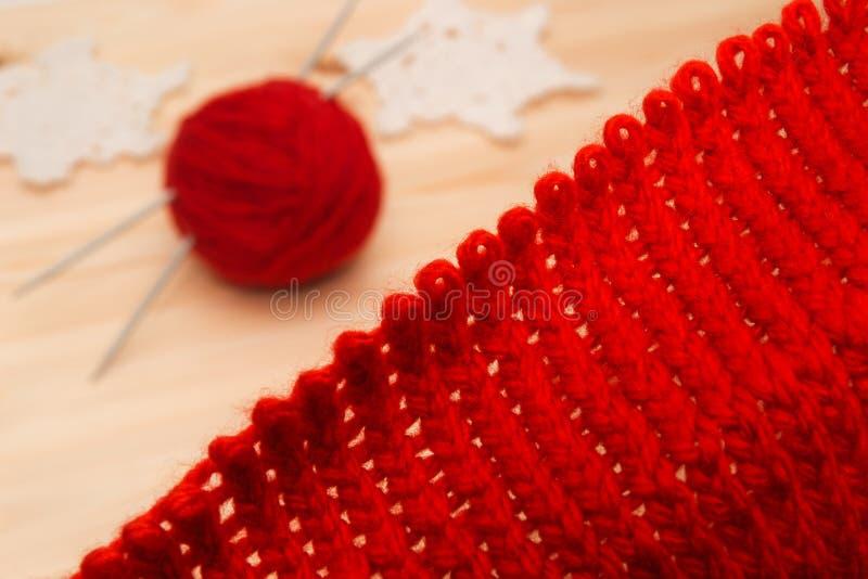 Strickwaren, Garn und gestrickte Weihnachtsdekorationen lizenzfreie stockfotos
