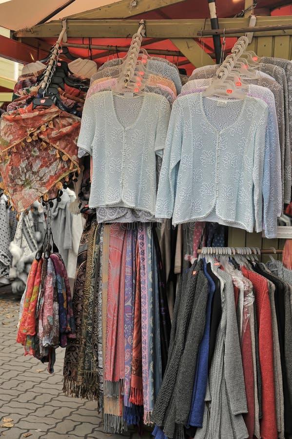 Strickwaren gehangen für Verkauf an der Flohmarkt lizenzfreies stockbild