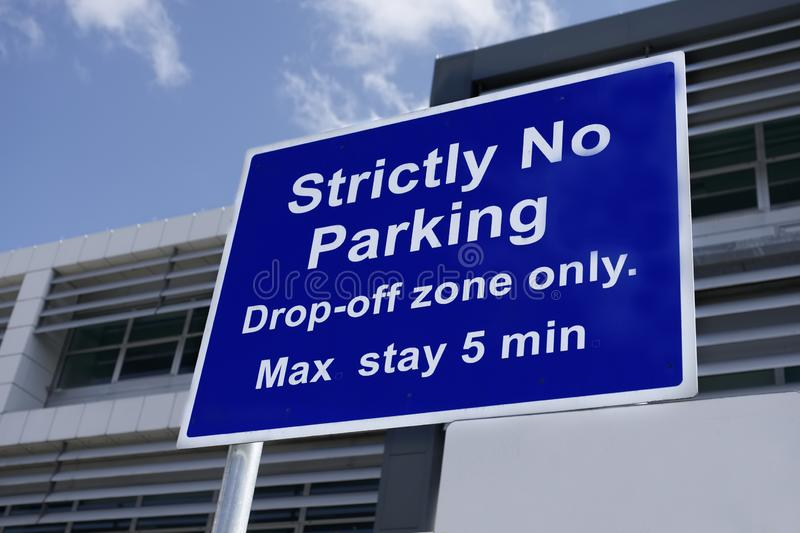 Strictly no parking airport sign drop off zone only royalty free stock photos