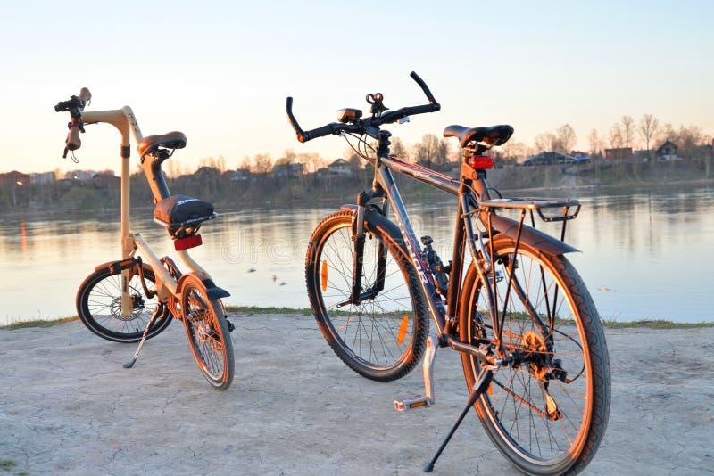 Strida de la bici y bici de montaña plegables foto de archivo libre de regalías
