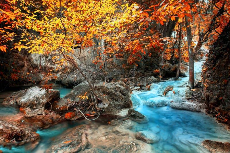 Strida il paesaggio con la cascata di Erawan in foresta tropicale Kanchanaburi, Tailandia fotografie stock