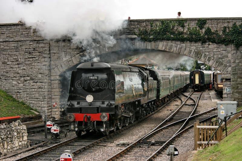 Striden av tokig Britannien grupp?nga inga 34070 Manston ankommer p? den Corfe slottstationen p? den Swanage j?rnv?gen - den Corf royaltyfri fotografi