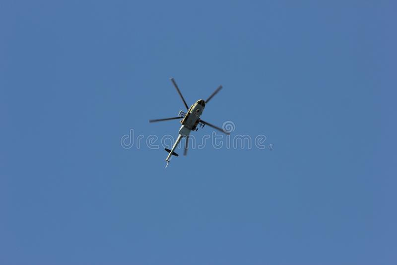 Stridhelikopter av krigsmakten av Ryssland Härlig sikt i flykten royaltyfri foto