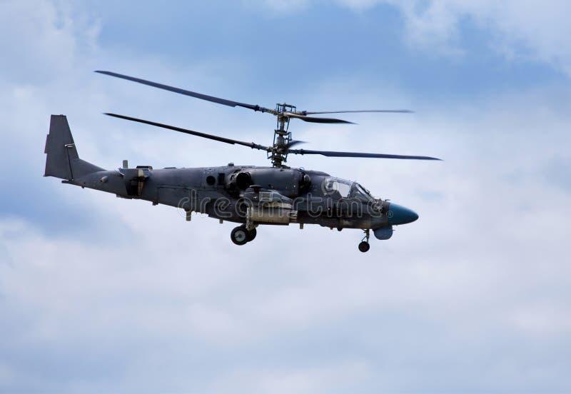 Stridhelikopter i flyg arkivbild