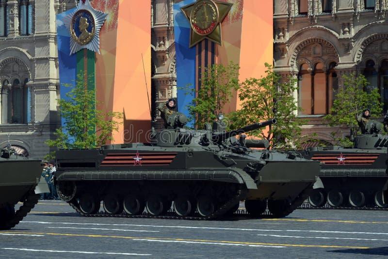 Stridighetmedlet för infanteri BMP-3 på militären ståtar på den röda fyrkanten som är hängiven till Victory Day arkivbilder
