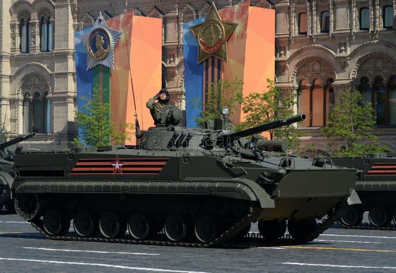 Stridighetmedlet för infanteri BMP-3 på militären ståtar på den röda fyrkanten som är hängiven till Victory Day royaltyfria bilder