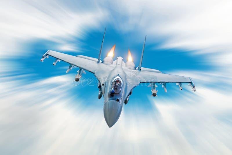 Stridjaktflygplan på en militär beskickning med vapen - raket, bombarderar, vapen på vingar, på den hög hastigheten med brandafte arkivfoto