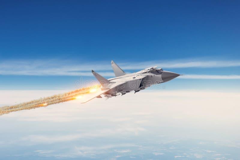 Stridjaktflygplan p? en milit?r beskickning med vapen - raket, bombarderar, vapen p? vingar flyger h?gt i himlen ovanf?r molnen royaltyfria bilder