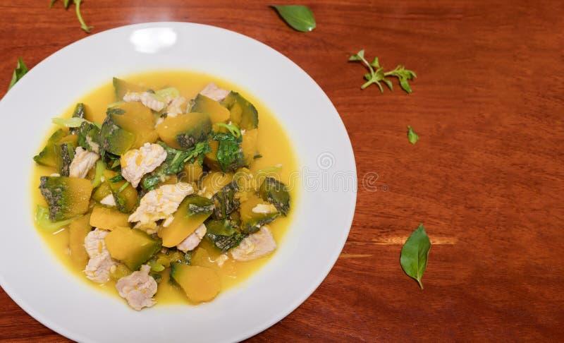 Strigli la zucca fritta scalpore con carne di maiale in piatto appetitoso variopinto immagine stock