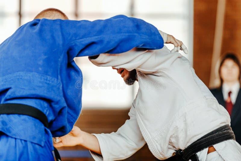 strijd op judoka van tatamiatleten royalty-vrije stock afbeeldingen