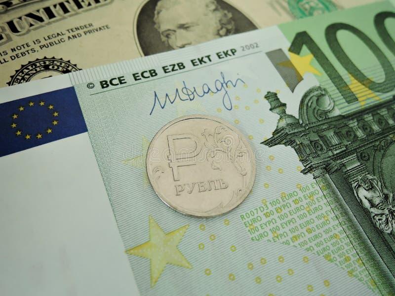 Strijd van wereldmunten, dollar, Euro en roebel stock afbeeldingen