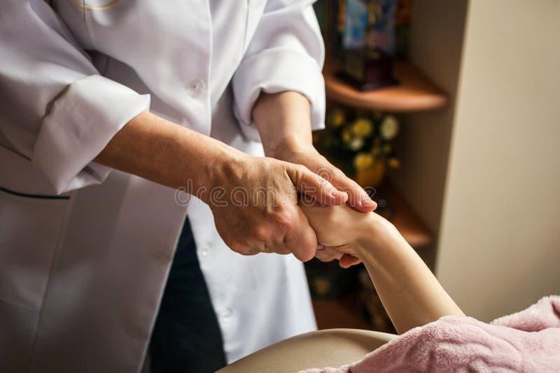 Strijkend massage van handen dicht omhoog, masseren de Handen in kuuroordsalo royalty-vrije stock afbeeldingen