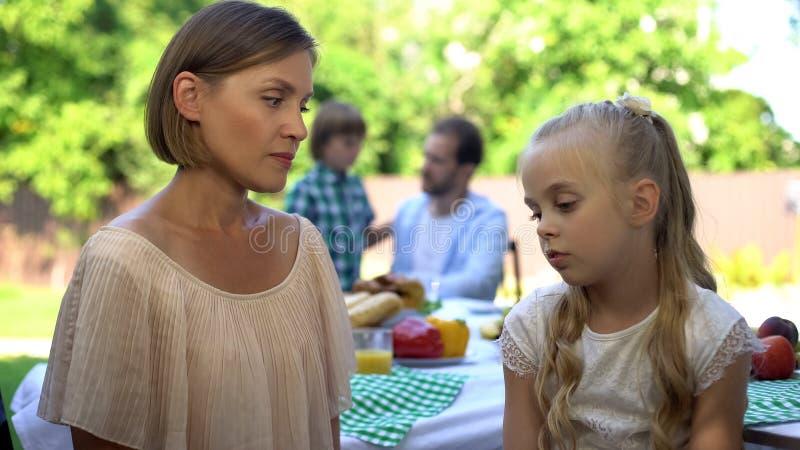 Strikt moder som grälar på dottern som disciplinerar barnet, familjförbindelse, barnuppfostran arkivfoto