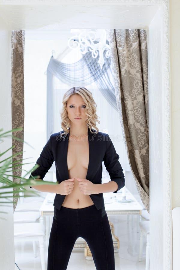 Strikt ung topless kvinna som poserar i lag royaltyfri foto