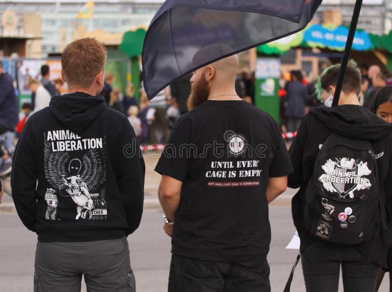 Strikt vegetarian och vegetarian för djur befrielse protesterar på en demonstration mot grymhet in mot djur och ätakött och mejer arkivfoton
