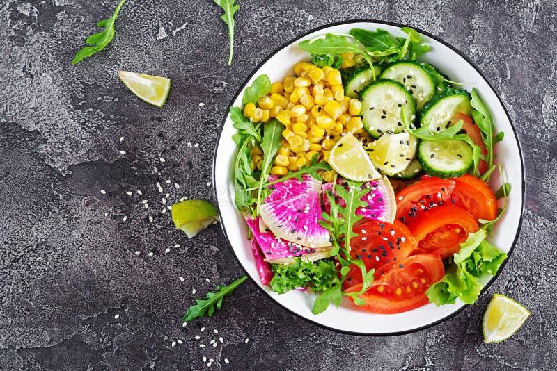 Strikt vegetarianbuddha bunke Bunke med nya rå grönsaker royaltyfria bilder