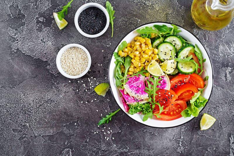Strikt vegetarianbuddha bunke Bunke med nya rå grönsaker arkivfoto