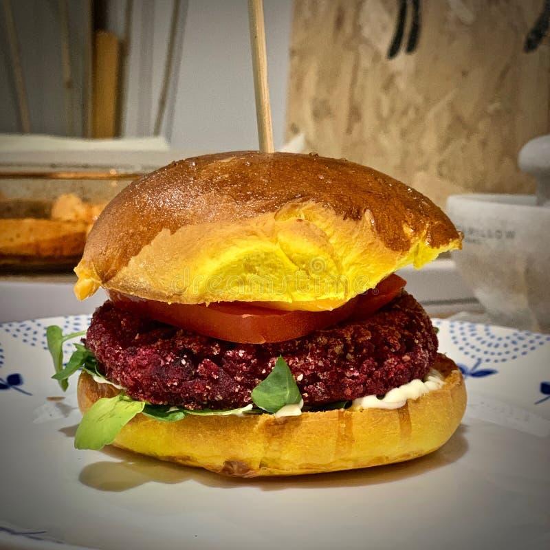 Strikt vegetarianhamburgare med gul rulle royaltyfri foto