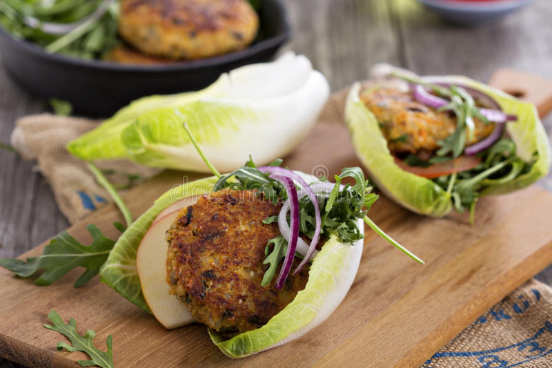 Strikt vegetarianhamburgare med quinoaen och grönsaker arkivbild