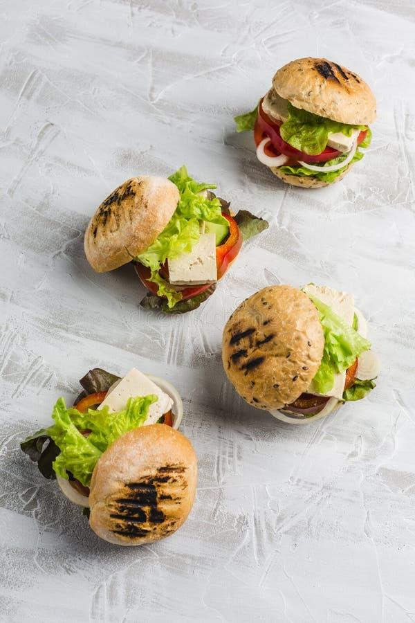 Strikt vegetarianhamburgare med tofuost och champinjoner arkivfoton