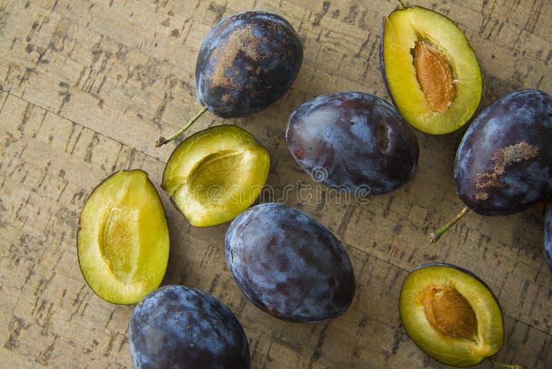 Strikt vegetarianmat; blåa plommoner arkivbild