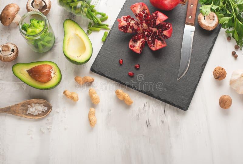 Strikt vegetarianmat, detox, avokado, frukt, haricot vert, broccoli, muttrar och champinjoner Banta och sund mat, vitaminer och s arkivfoto