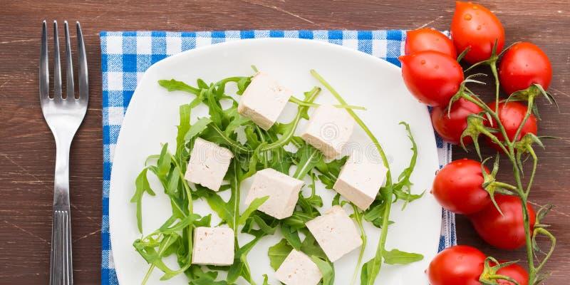 Strikt vegetarianmatbegrepp med tofuen, arugula och tomater arkivfoto