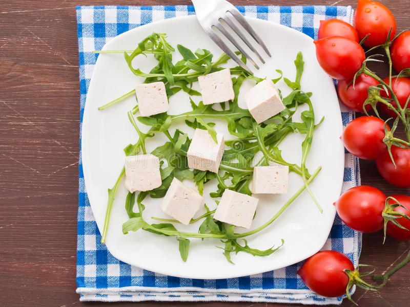 Strikt vegetarianmatbegrepp med tofuen, arugula och tomater arkivfoton